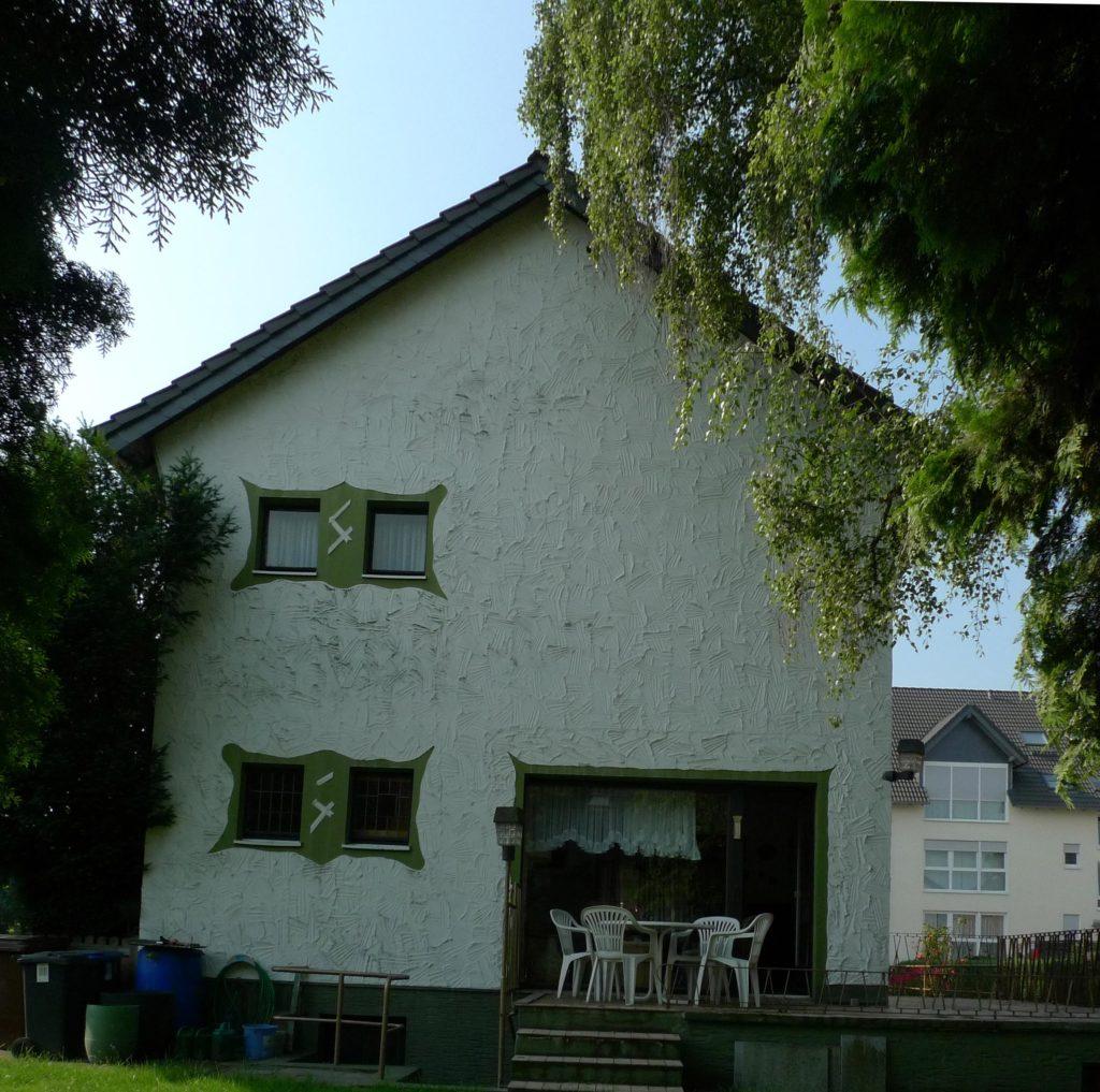 So sah das blaue Haus von BeLArchitekten vor dem Umbau aus: im Schwarzwald-Look.