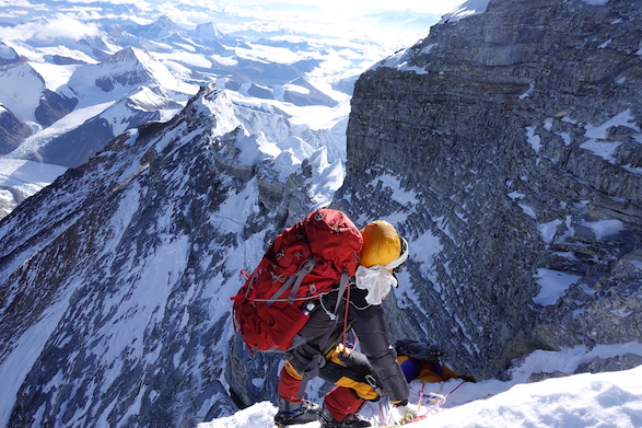 Die Bergsteigerin Anja Blacha steht an einem steilen Berghang des Mount Everest